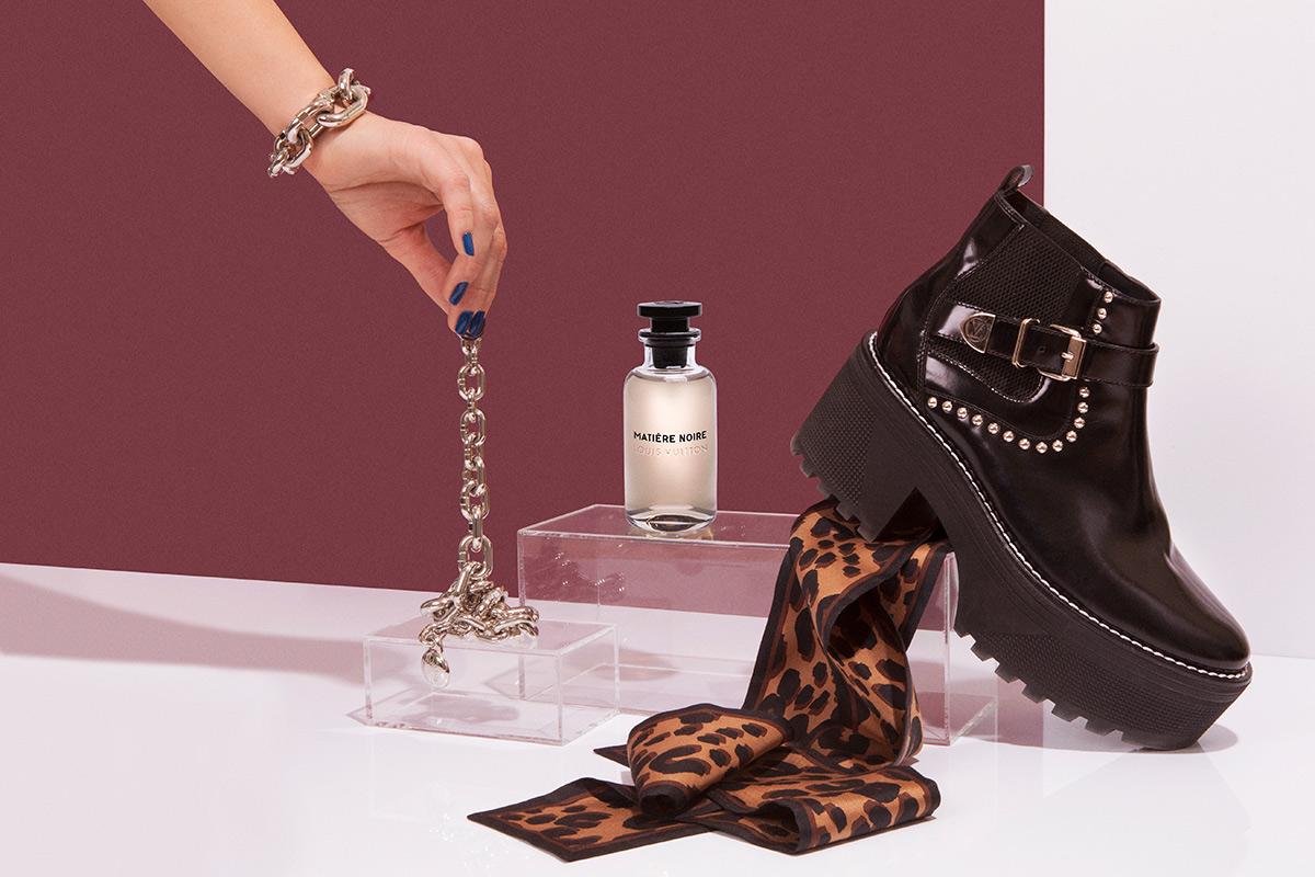 Perfume 'Matière Noire' de la colección Les Perfums (200 euros). Banda de seda estampada (115 euros). Botín con plataforma (1.350 euros). TODO DE LOUIS VUITTON.