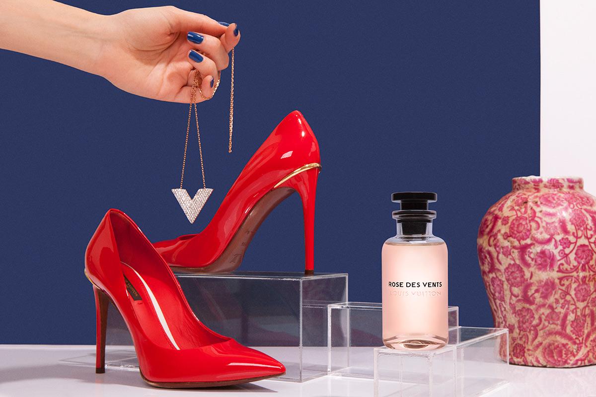 Perfume 'Rose des Vents' de la colección Les Parfums (200 euros). Salón en piel (600 euros). Colgante (595 euros). TODO DE LOUIS VUITTON. Jarrón de Decolab.