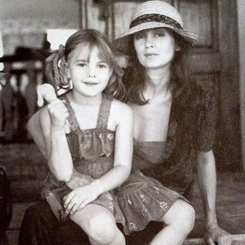 La pequeña Drew posando junto a su madre.