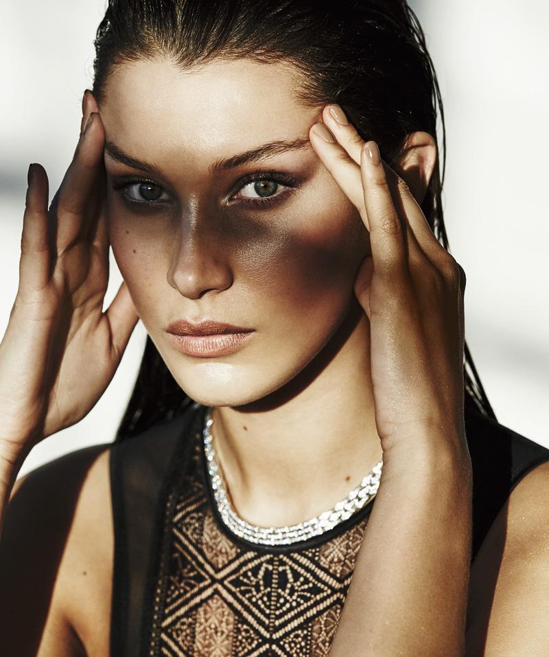 Body de encaje de Intimissimi (29,90 €) y collar Maillon Panthère de oro blanco con diamantes de CARTIER (c. p. v.). La base de maquillaje es 3-in-1 nº 300 de CK CALVIN KLEIN. La manicura se ha realizado con Infine Shine tono You Sustain Me de OPI (19,80 €).