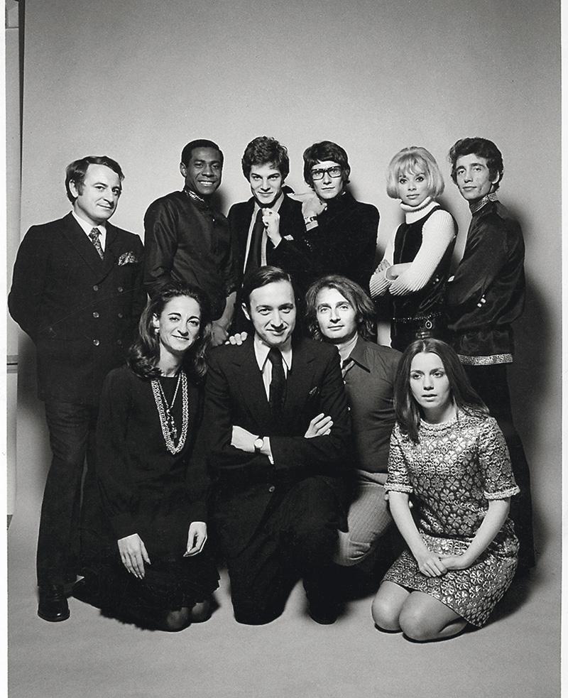 Jano Herbosch nos abrió el archivo privado del creador. En él se suceden las fotos con Yves Saint Laurent, como ésta en la que los acompañan Pierre Bergé, Thadée Klossowski de Rola, Mireille Darc, Jeanloup Sieff y otros amigos de la época. Cortesía de Jano Herbosch.