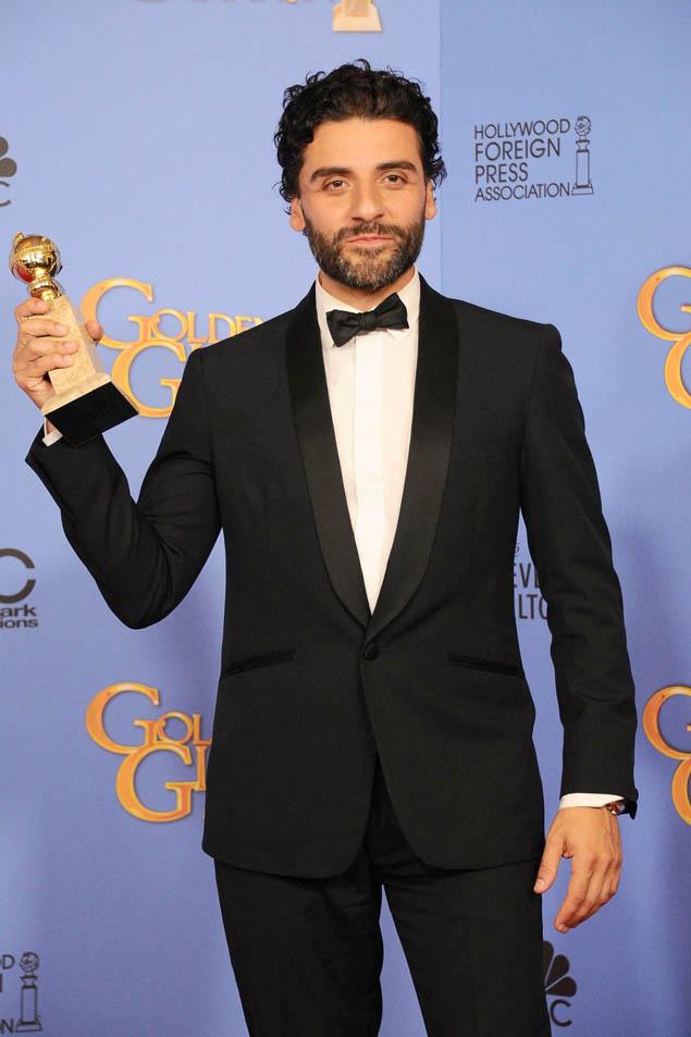 Oscar Isaac con su Globo de Oro por 'Show me a hero'.