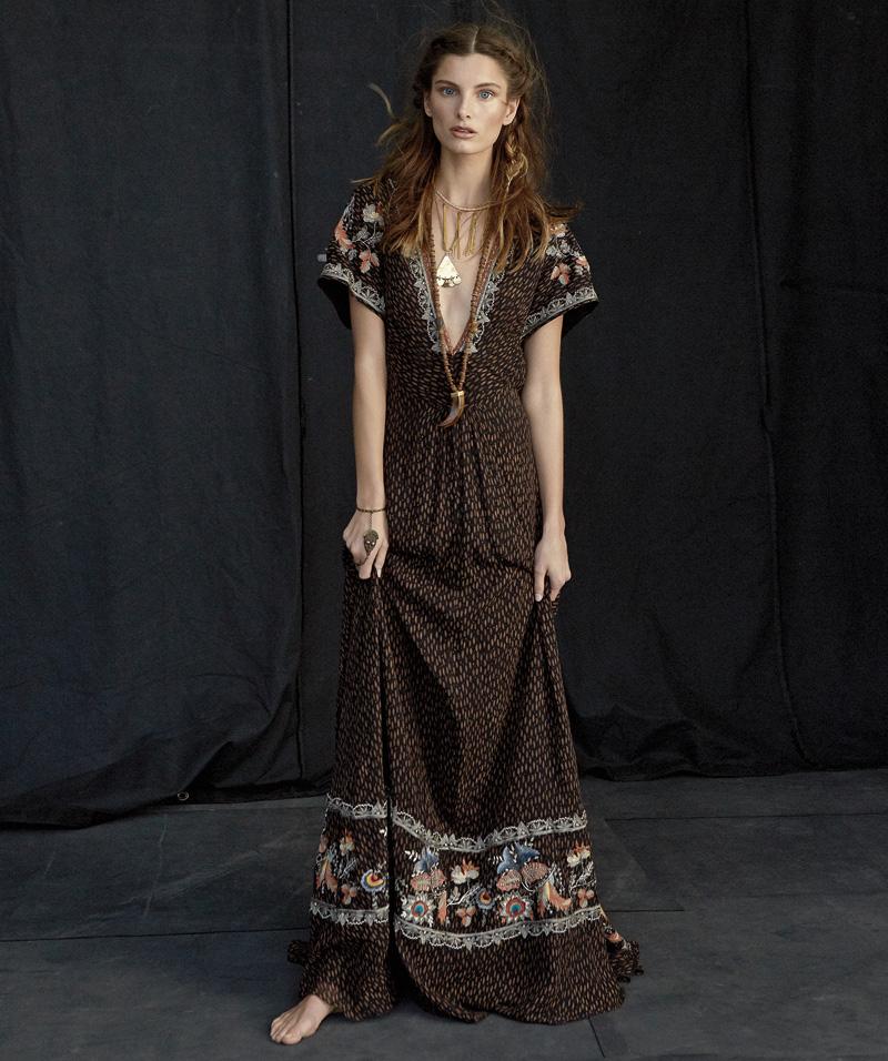 Vestido de Etro (c. p. v.), collar de CA & LOU (c. p. v.) y pulsera con anillo de Valentino (c. p. v.). Foto: Henrique Gendre.