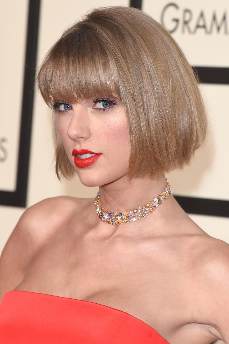 Taylor Swift estrenando corte en los Grammy.