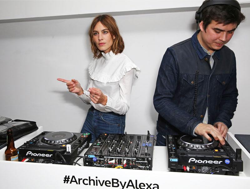 Dom, el hermano de Alexa, pinchó durante el evento.