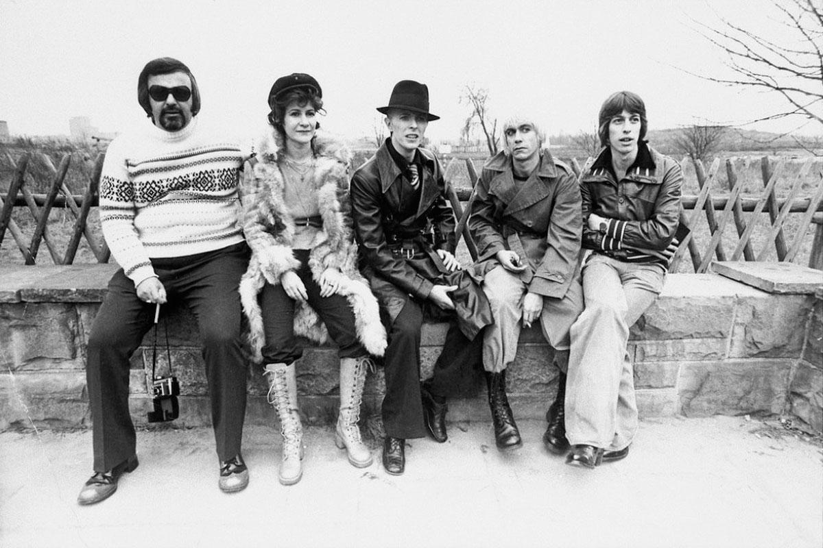 Coco Schwab, David Bowie, Iggy Pop y amigos (1975).