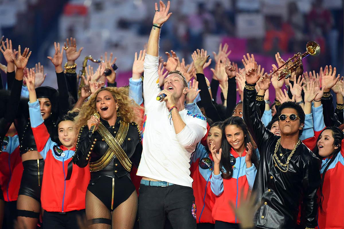 Beyoncé, Chris Martin y Bruno durante el cierre del espectáculo