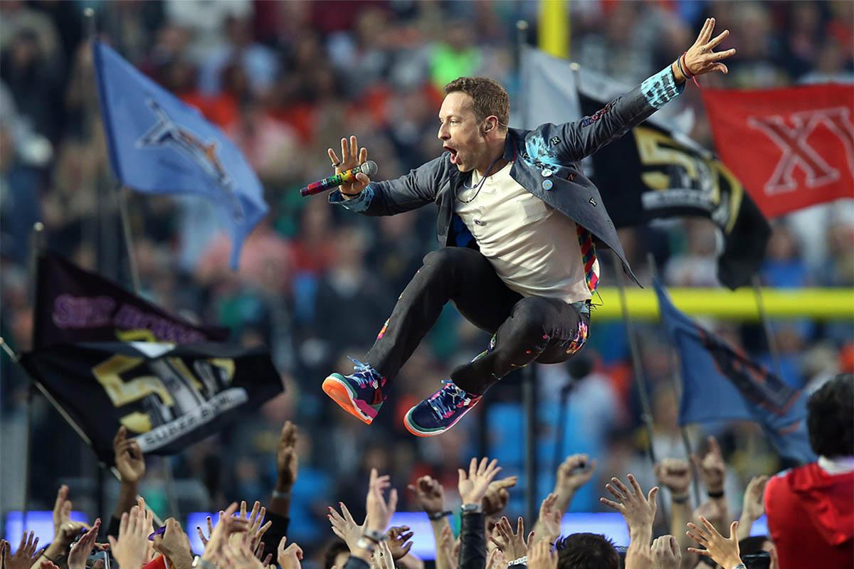 Chris Martin salta frente al público en la Superbowl