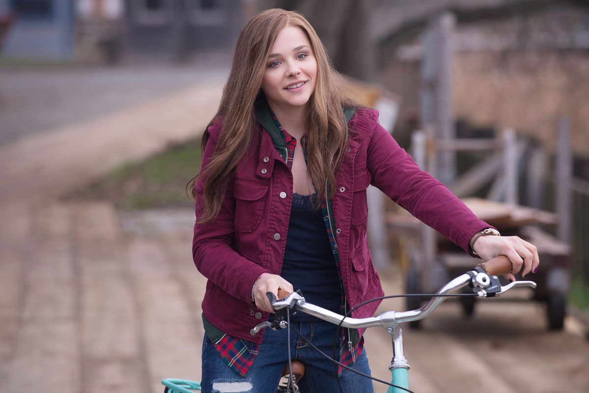 Parece que acabaremos todos en bici como Chloë Grace Moretz en 'Si decido quedarme'.
