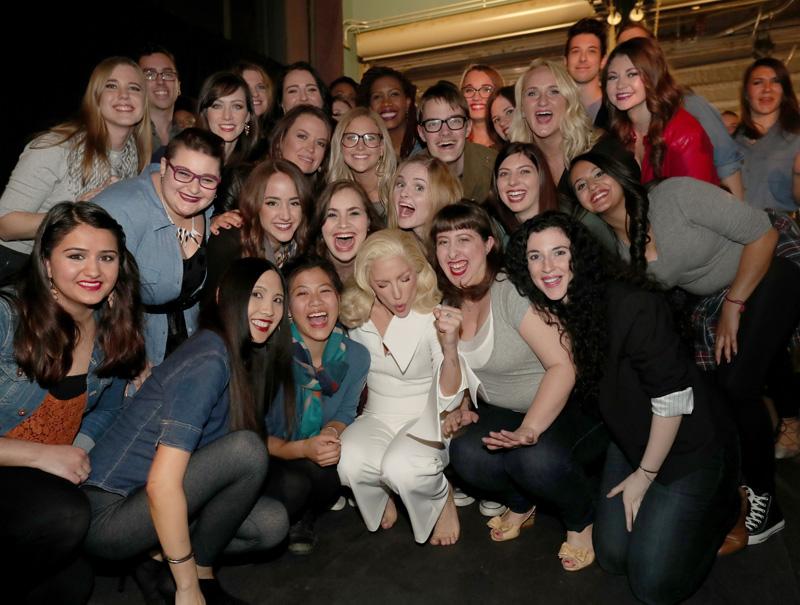Lady Gaga rodeada de los supervivientes de violaciones en las universidades estadounidenses, que la acompañaron durante su actuación.