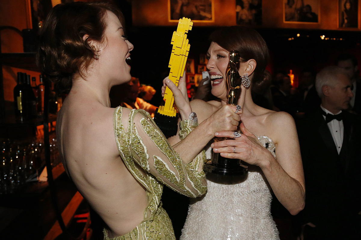 Julianne Moore y Emma Stone, celebrando en la Governor´s Ball.