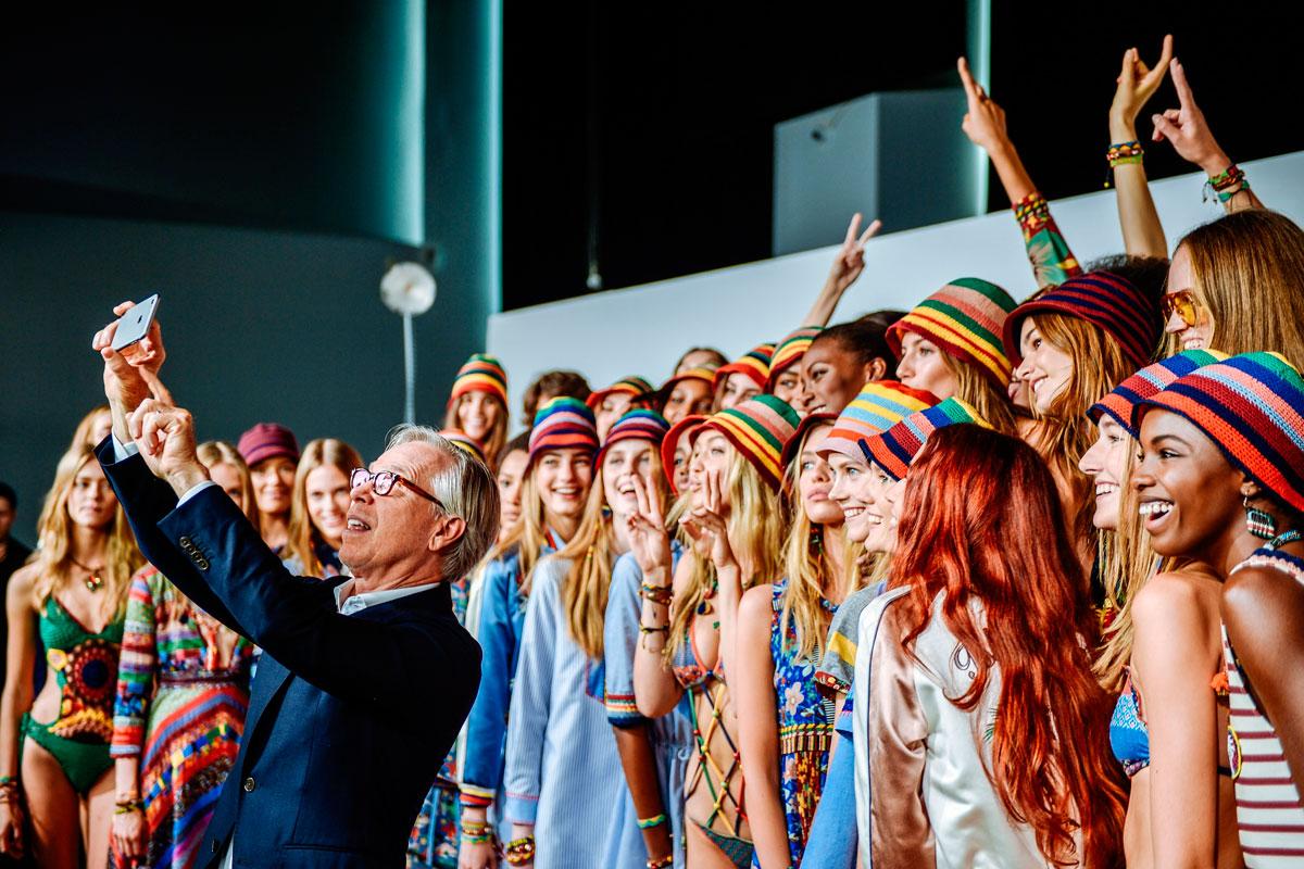 El diseñador Tommy Hilfiger haciéndose un selfie con las modelos tras su último desfile.