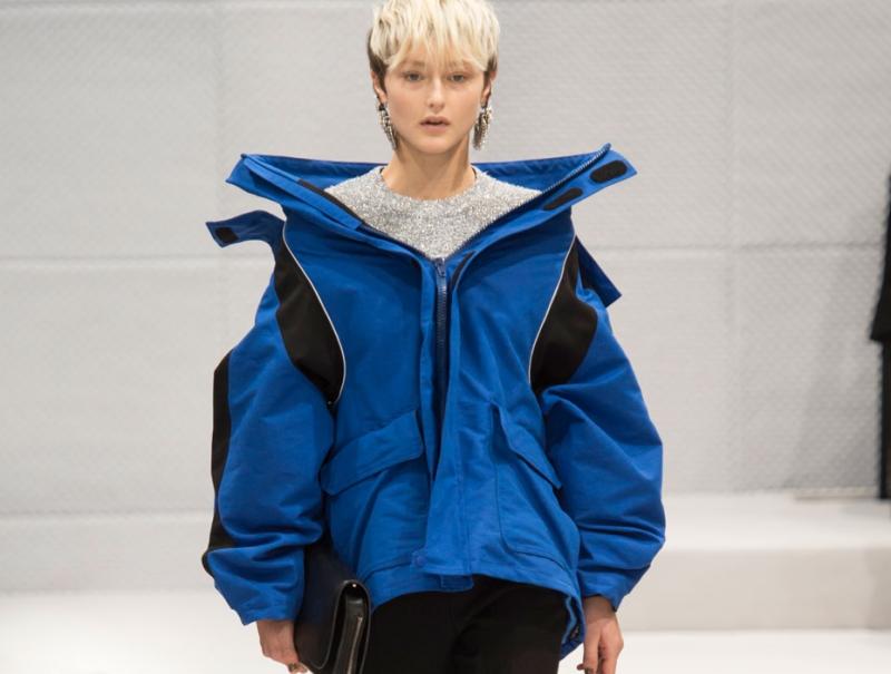 Balenciaga reinventa la silueta femenina