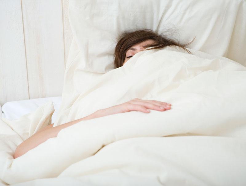 Por qué las mujeres necesitan dormir (20 minutos) más que los hombres