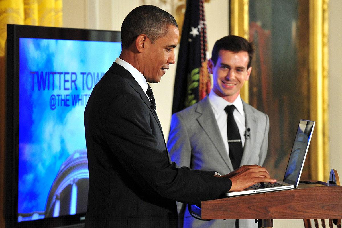 Barack Obama, tuiteando junto al fundador de la plataforma, Jack Dorsey.