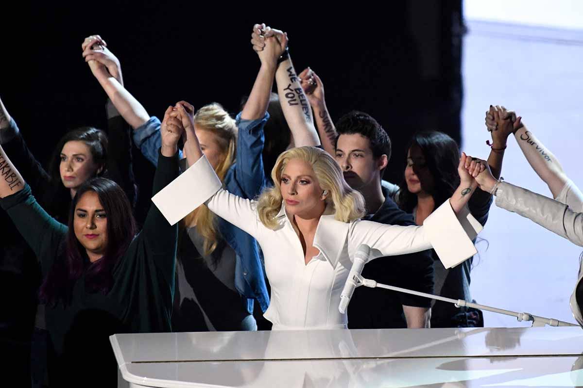 Lady Gaga junto a las víctimas de acoso sexual en la gala de los Oscar. Interior de la gala de los Oscar *** Local Caption *** 17056723