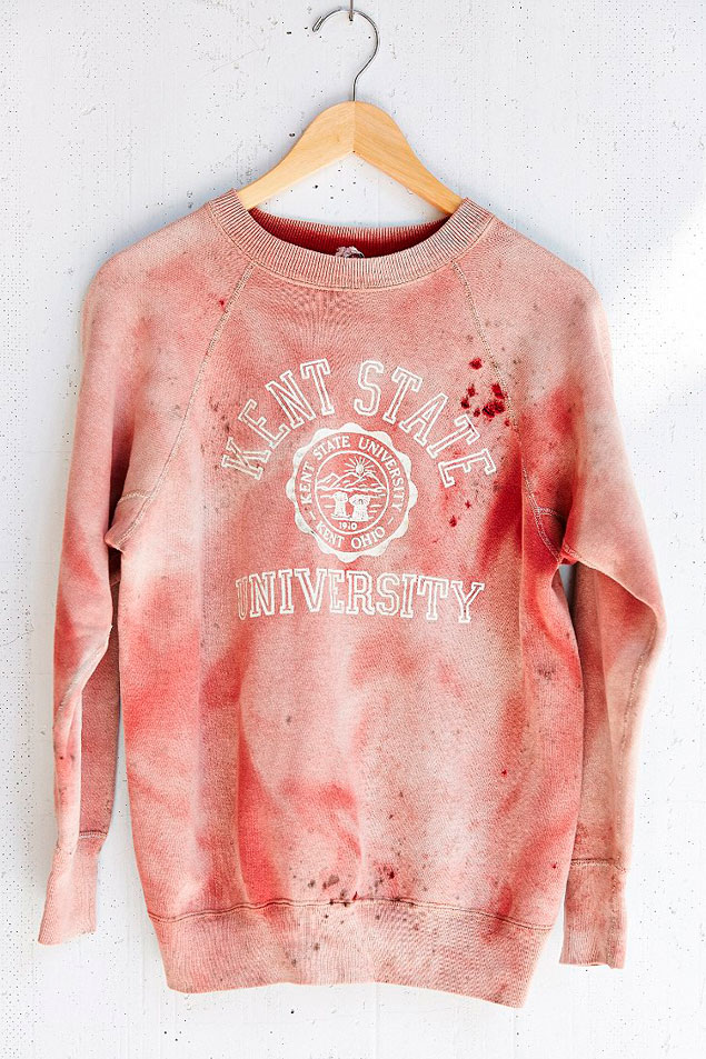 """La famosa sudadera con el lema 'Kent State University' y salpicaduras de """"sangre""""."""