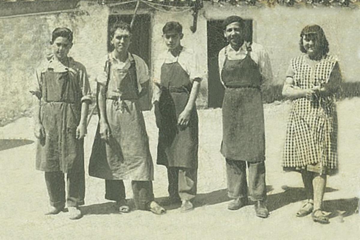 Los primeros zapateros de Joma en la década de los 60.