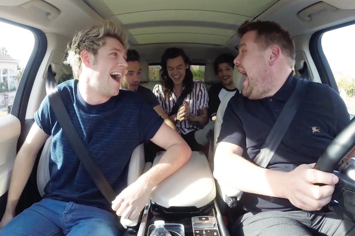 Corden y One Direction, en uno de los episodios de 'Carpool Karaoke'.