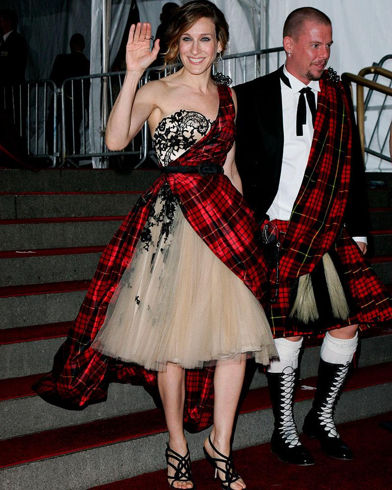 Sarah Jessica Parker y Alexander McQueen en la Gala MET de 2006.