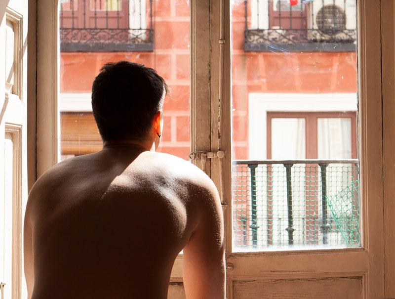 Drogas, webcams y poco dinero: El crudo relato de un 'prostituto' en España