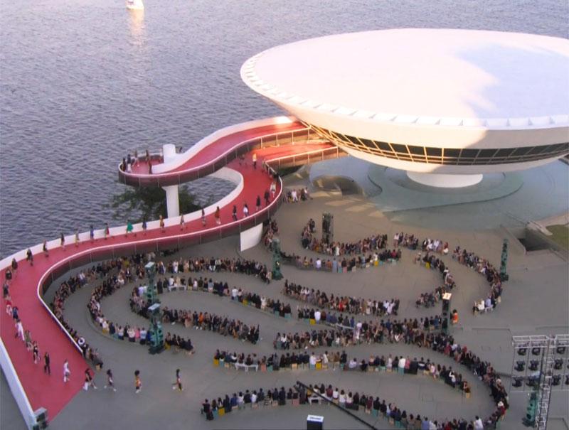El increíble desfile de Louis Vuitton en Río de Janeiro, en 6 claves