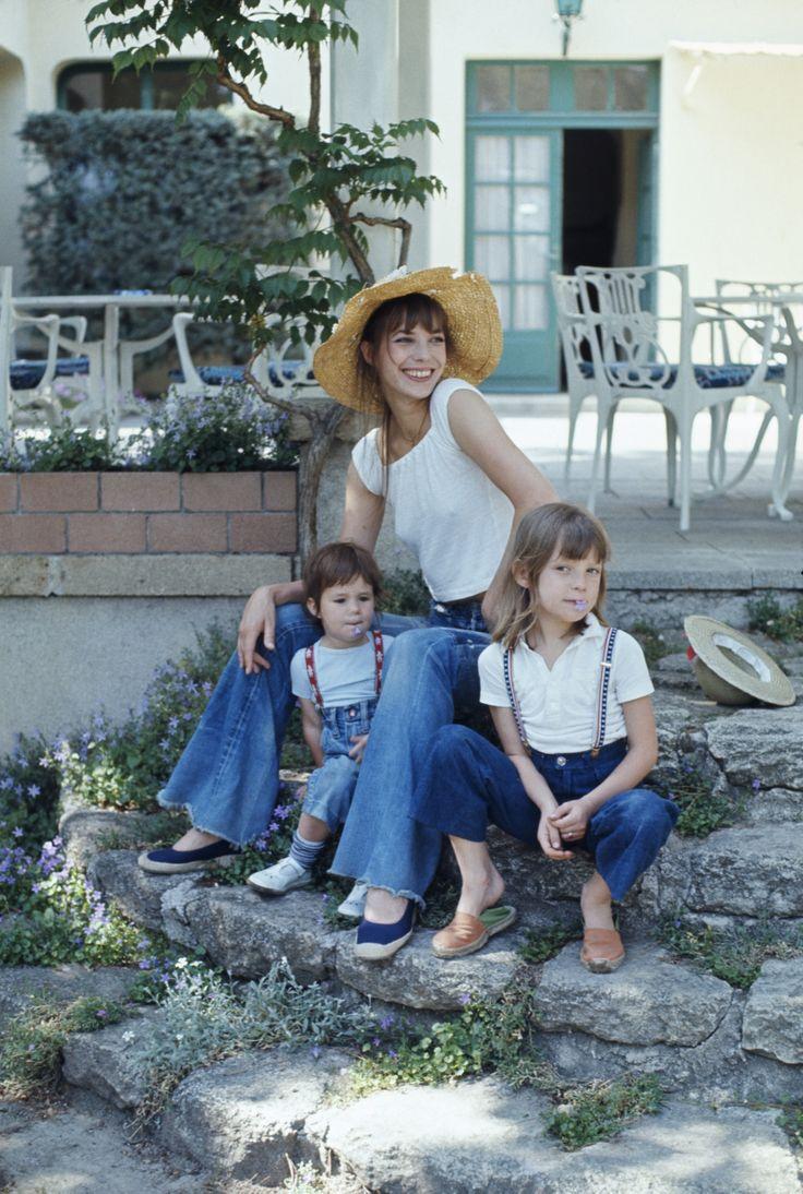 Jane Birkin, despreocupada como buena 'fille adoptive', con sus hijos conjuntados en una estampa de lo más estival.