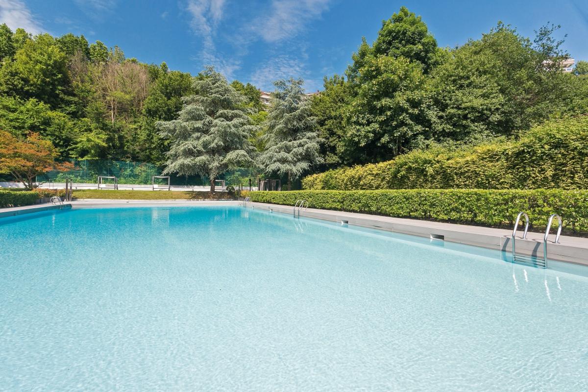 El Barceló Costa Vasca (barcelo.com) tiene un swimming lounge con una piscina semiolímpica y una zona de camas balinesas.