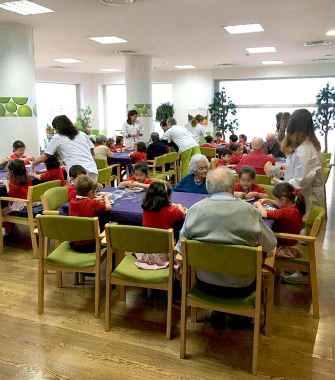 En el centro Vitalia Ferraz ha comprobado los beneficios de juntar ancianos y niños.