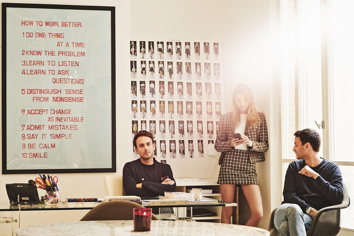 En esta imagen, de izda. a dcha., Arnaud Vailland, Lolita Jacobs y Sébastien Meyer en el despacho de los diseñadores en París. «Aunque siempre piensan en la mujer para la que diseñan, es bueno tener una tercera opinión», argumenta Lolita.