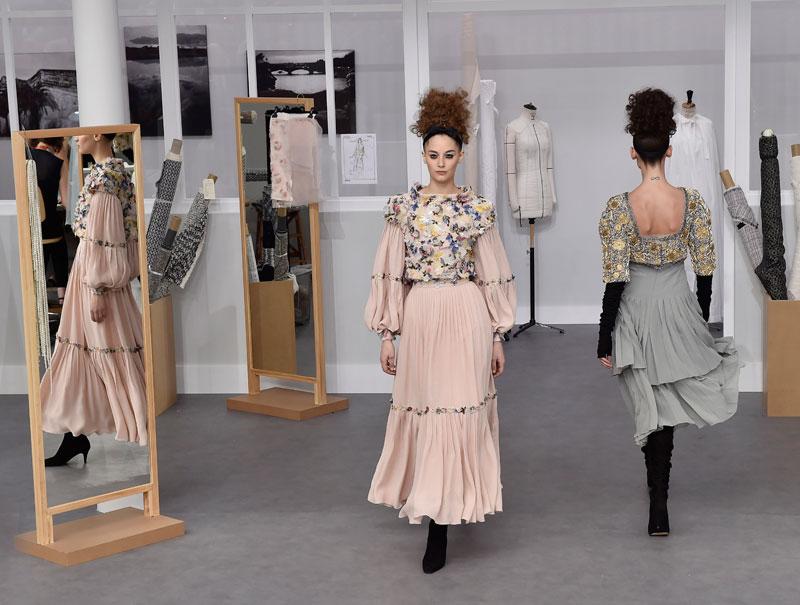 Chanel convierte el Grand Palais en su taller (costureras incluidas)