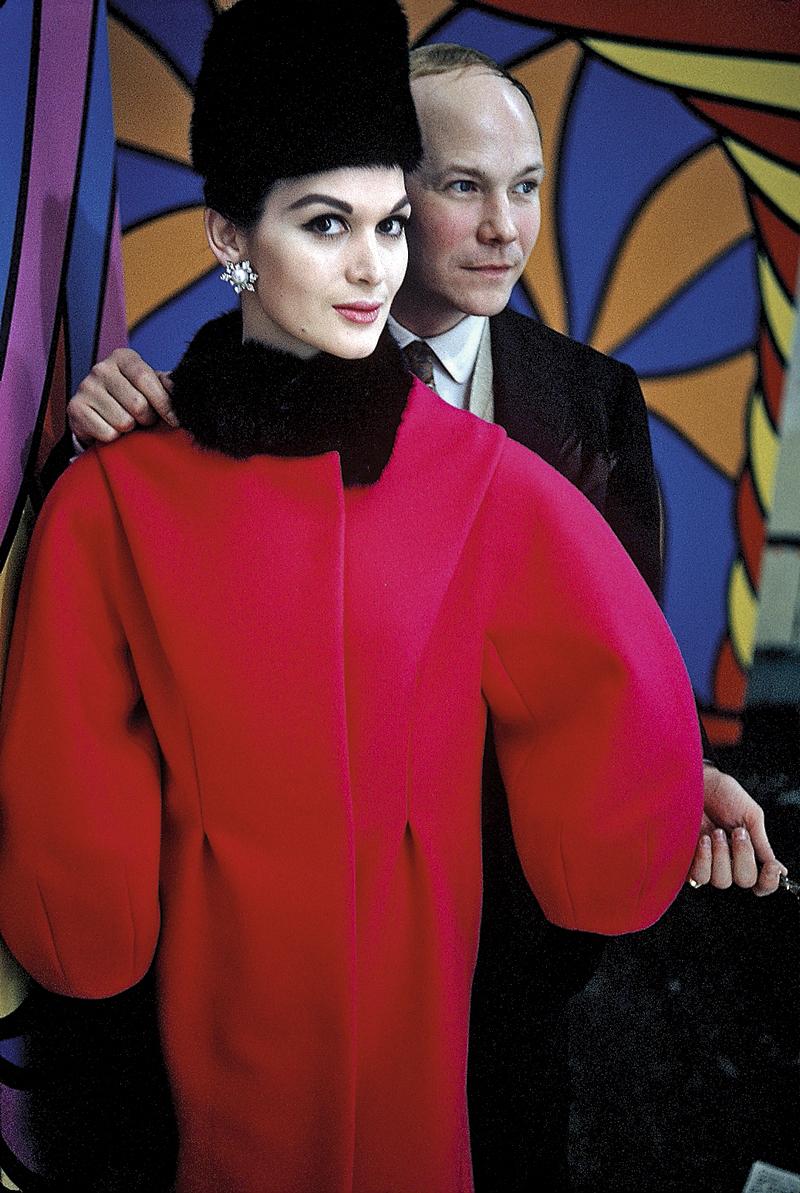 En 1965, vestida con abrigo cocoon rojo, cuello de pelo y casquete, tal y como dictaban las tendencias de la época. Una de las muchas que Dell'Orefice ha vivido (y retratado) en sus más de 70 años de trayectoria.