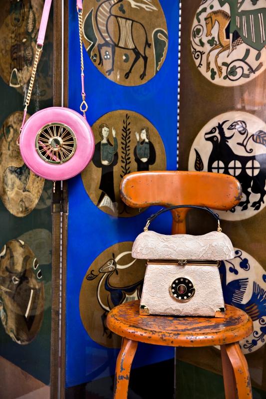 Un biombo encargado por su abuela a un pintor francés y dos de sus bolsos, Wheel Gold Pinkines y +34 Nude Lace (en la silla industrial).