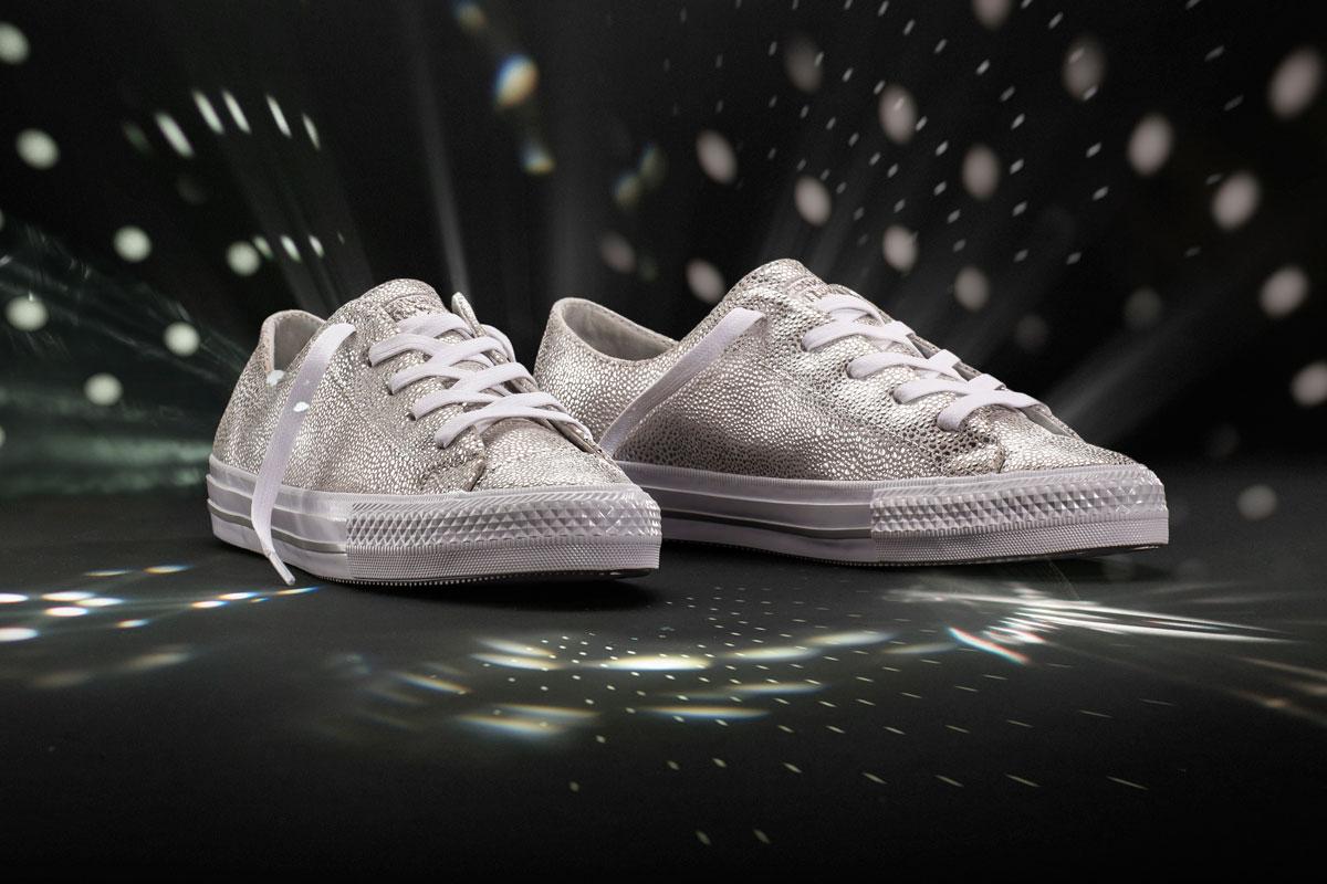 El acabado metalizado actualiza y sofistica las clásicas 'sneakers' blancas.