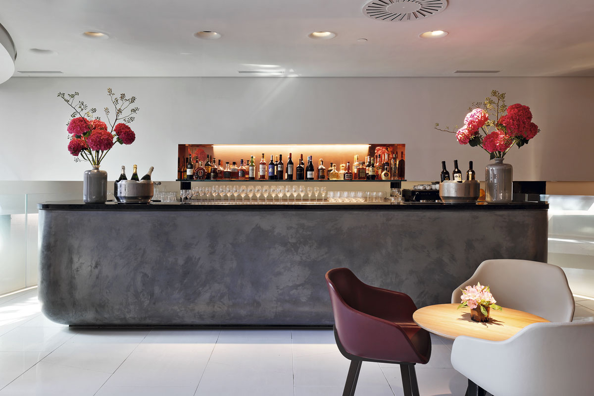 Se ha creado un doble concepto de líneas aparentemente sencillas: restaurante y bar.