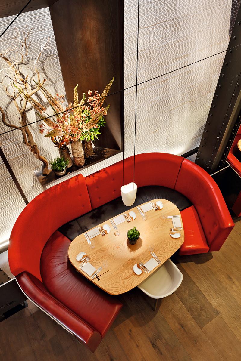 Los artesanos bilbaínos Mosel hicieron parte de la decoración. Ya habían colaborado en Azurmendi y para Eneko crearon las mesas, el carrito del dulce y detalles como los cerdos.