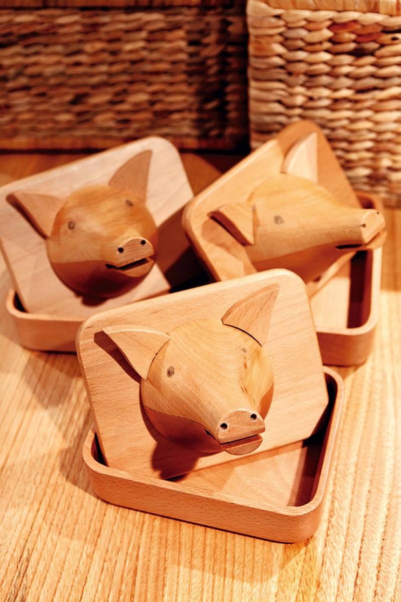 """""""Ponemos las cabezas de madera encima de la mesa y dentro hay una txarriboda (matanza, en euskera) con pan de leche con una panceta, cochinillo frito, etc."""", cuenta Atxa."""