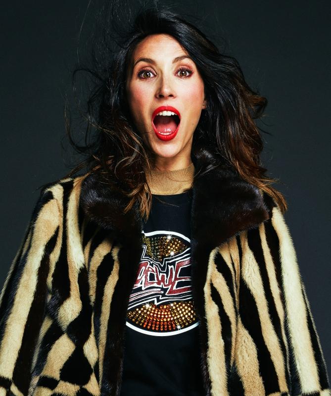 Silvia Abascal lleva chaqueta en crepé de seda con aplicaciones de cadenas y argollas de metal y vestido, todo de MOSCHINO.