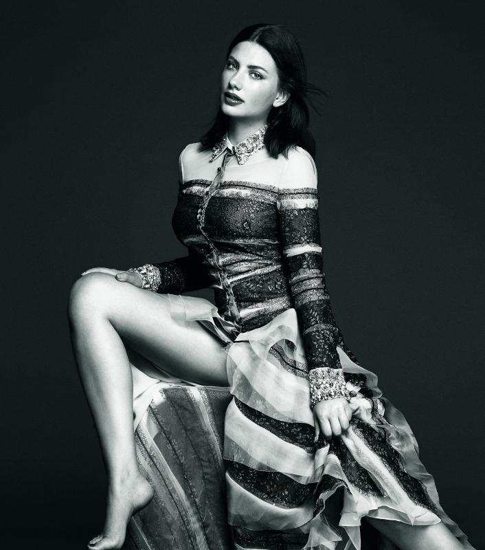 Miriam Giovanelli luce vestido de organza de seda con franjas de lúrex y bordados de pedrería en puños y cuello de CAROLINA HERRERA.