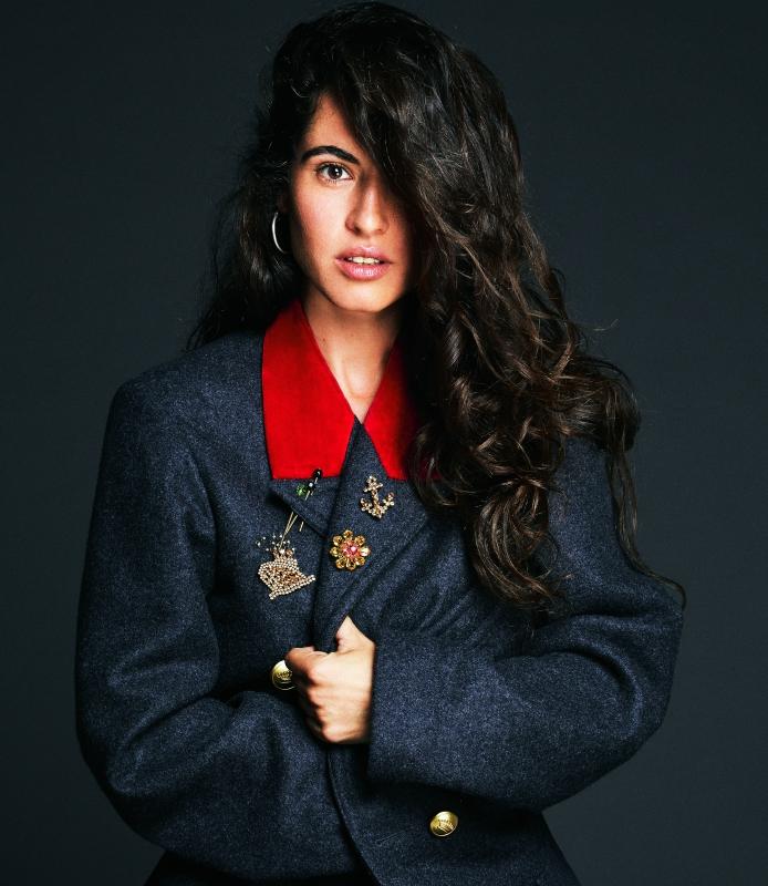Sílvia Pérez Cruz lleva chaquetón con broches de piedras y metal, todo de DOLCE & GABBANA.