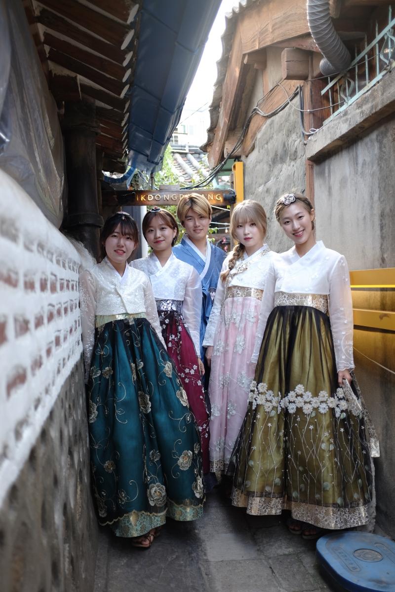 Un grupo de coreanos vestidos con hanbok, los trajes tradicionales de su país.