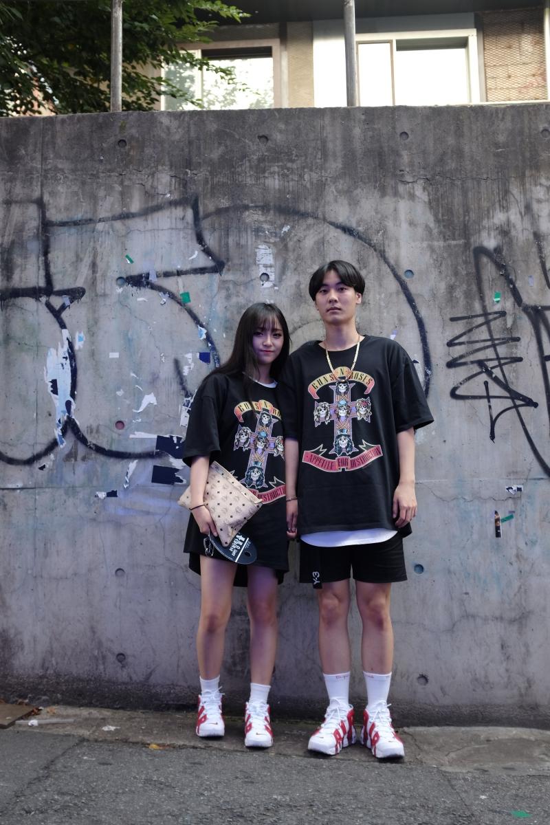 Sigue en boga la moda del couple style, es decir, que los miembros de la pareja vistan igual o con estilismos bastante similares inspirados en estéticas, patrones o colores concretos.