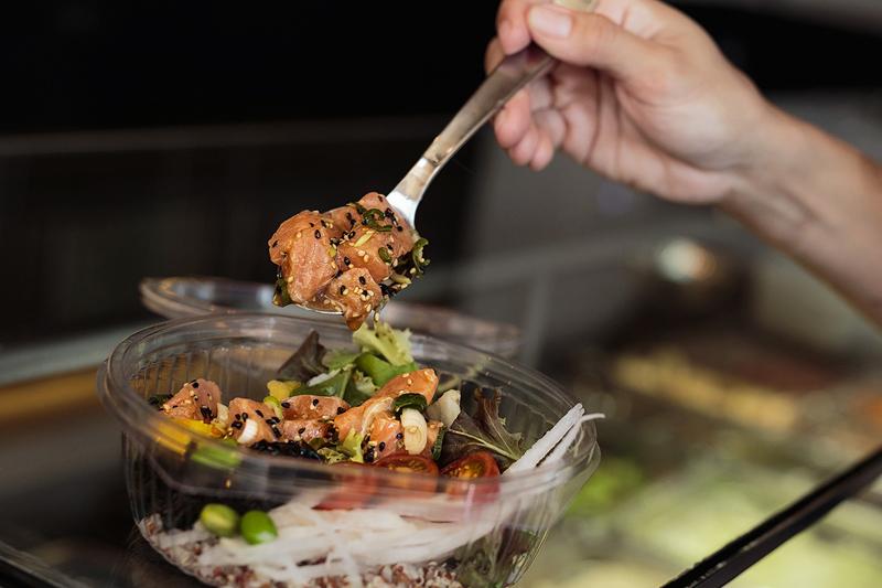 poke plato hawaiano de comida