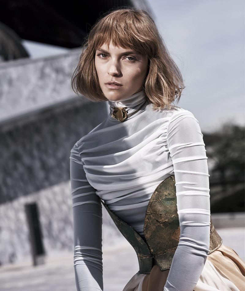 Corsé, top y falda de seda, todo de LOEWE (c. p. v.); y collar de SWAROVSKI Atelier (220 €).
