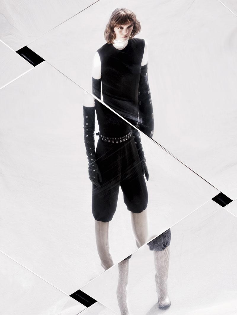Jersey de WOLFORD (165 €), top (c. p. v.), pantalón (c. p. v.), botas (1.350 €), guantes (1.280 €) y cinturón (c. p. v.), todo de Hermès.