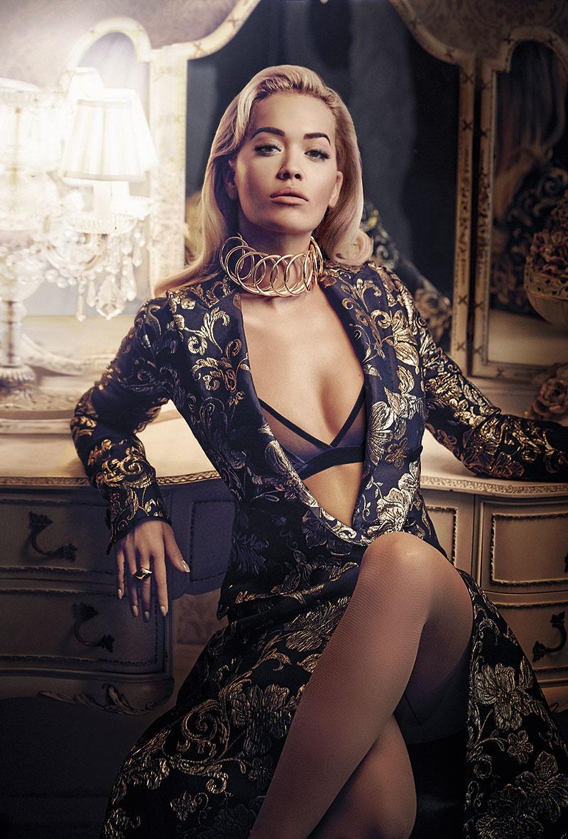 Abrigo con doble botonadura de DOLCE&GABBANA (c.p.v.), sujetador de la colección de Rita Ora para TEZENIS (c.p.v.), gargantilla Wire Oro de latón y piel de LOEWE (650€) y anillo de LOUIS VUITTON (295 €).
