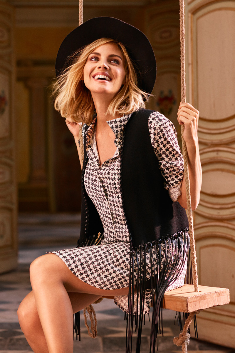 Chaleco de flecos y sombreros, los complementos que transforman cualquier look.