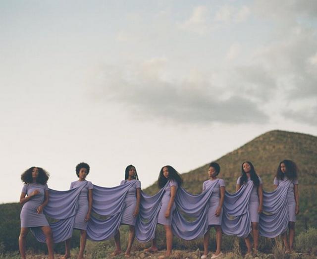 Vestido grupal (inspirado en un modelo original de Issey Miyake), en un momento del rodaje de los videoclips. Guerreo llevó la dirección artística.