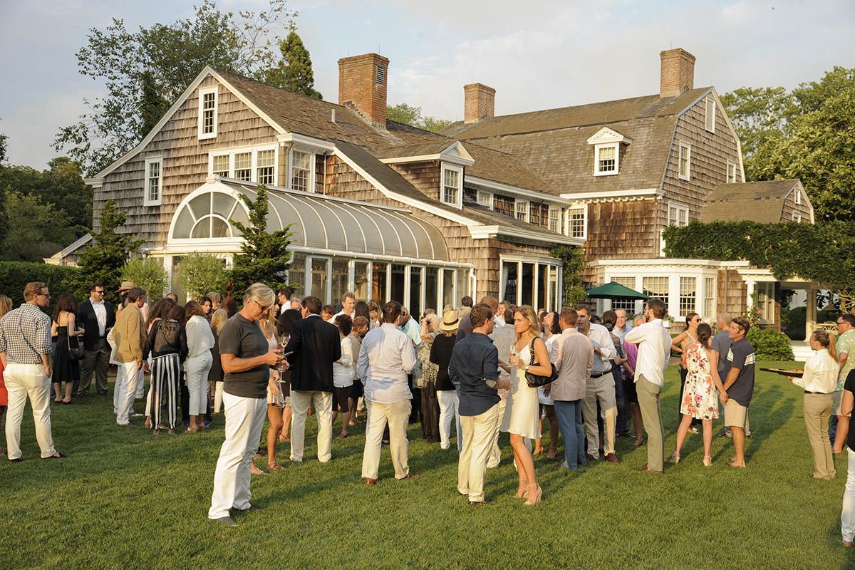 No, no es un fotograma de 'Gossip Girl' es un lugar de proyección en el festival de los Hamptons.