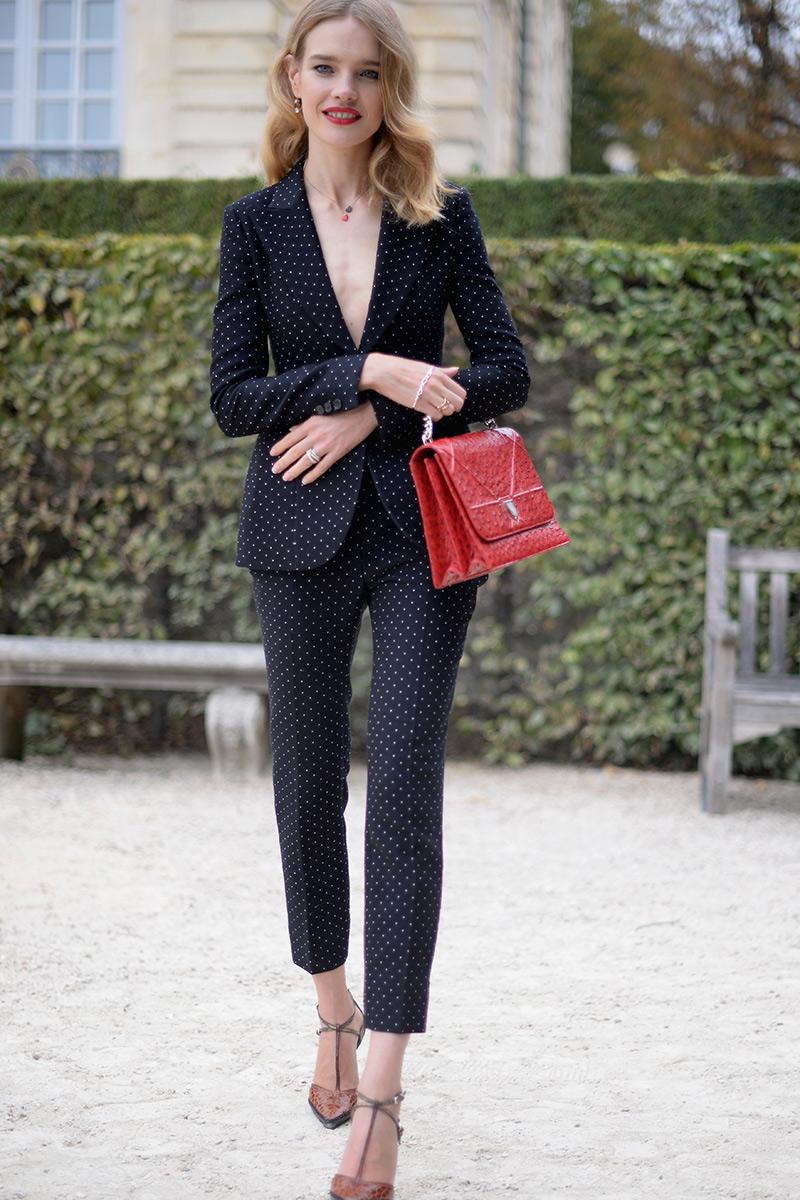 Natalia Vodianova dándole al clásico traje un toque sexy y personal.